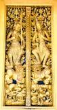 Portes en bois de craving d'or thaïlandais Photographie stock libre de droits