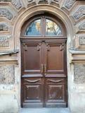 portes en bois de décoration du bâtiment images stock