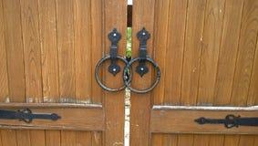 Portes en bois fermées sur la serrure photo stock