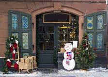 Portes en bois, guirlande, sapin, décorations de Noël image libre de droits