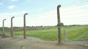 Portes en métal et barrières électriques de barbelé dans le camp de concentration clips vidéos