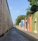 Portes en pastel d'arc-en-ciel dans Campeche Mexique photo stock