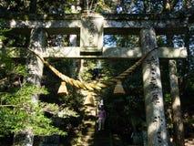 Portes en pierre au temple bouddhiste de Futagoji sur la péninsule de Kunisaki, Japon Photographie stock libre de droits