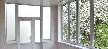 portes et fenêtres de Métal-plastique dans le bungalow Images stock