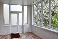 portes et fenêtres de Métal-plastique dans le bungalow Photo libre de droits