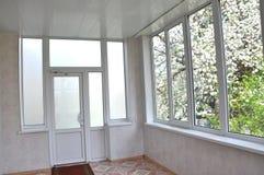 portes et fenêtres de Métal-plastique dans le bungalow Photos stock