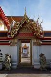 Portes et perspective au temple de Wat Arun à Bangkok Images libres de droits