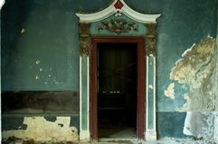 Portes et restes de la maison abandonnée de villa démolie dans la guerre et laissée à l'effondrement Photos libres de droits
