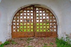 Portes fermées en bois à l'église Photographie stock