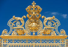 Portes fleuries d'or du château De Versailles au-dessus de ciel bleu, Pari Image stock