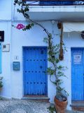 portes Frigiliana-bleues photo stock