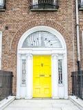 Portes géorgiennes colorées à Dublin (jaune) Photo libre de droits