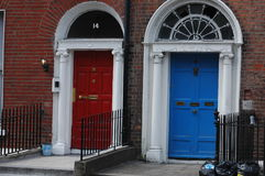 Portes géorgiennes typiques à Dublin Photographie stock