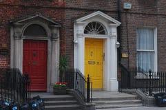 Portes géorgiennes typiques à Dublin Images stock