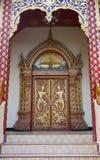 Portes incurvées d'or et gentilles de temple à un temple Photographie stock libre de droits