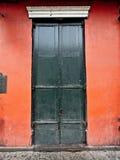 Portes noires sur le mur rouge dans le quartier français Photographie stock libre de droits
