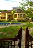 Portes pittoresques de piscine de jardin de maison Photo stock