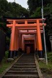 Portes rouges célèbres du tombeau de Fushimi Inari Image stock
