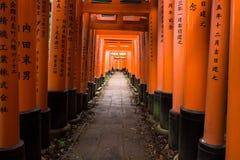 Portes rouges célèbres du tombeau de Fushimi Inari Photos libres de droits