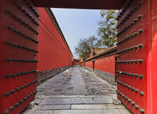 Portes rouges de ville passway Photographie stock