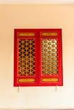 Portes rouges en bois et fenêtres de beau style chinois avec le dragon Photographie stock libre de droits