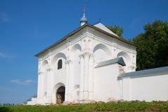 Portes saintes avec l'église de notre Madame de l'icône de Tikhvin du monastère de Danilov de trinité sainte Pereslavl-Zalesskiy Images stock