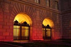 Portes silhouettées par lueur chaude image stock