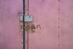 Portes verrouillées Vieux loquet de trappe Le dispositif de verrouillage sur la vieille porte photographie stock
