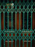 Portes vertes Texture en bois Vieille peinture minable et irradiée Photos stock
