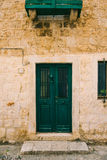 Portes vertes Texture en bois Vieille peinture minable et irradiée Photo stock