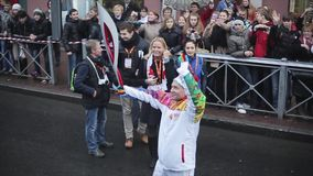 Porteur de flambeau Alyabyev de passage d'autobus de volontaires Course de relais de flamme olympique de Sotchi dans le St Peters clips vidéos