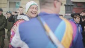 Porteur de flambeau volontaire de poignée de main d'adulte Les gens Course de relais de flamme olympique de Sotchi dans le St Pet banque de vidéos
