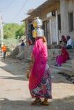 Porteur de l'eau de femme, Inde photos libres de droits