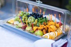 Portez des fruits d'un plat, des raisins, des prunes, de l'orange, de la pomme et des pêches secouez Photo libre de droits