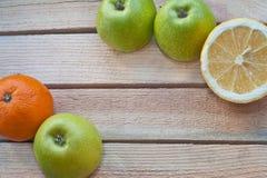Portez des fruits dans l'herbe sur un fond en bois Photo libre de droits