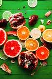 Portez des fruits dans un plan rapproché de coupe, pamplemousse, orange, citron, mandarine, fond de fruit Photos libres de droits