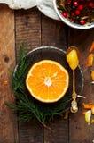 Portez des fruits dans un plan rapproché de coupe, pamplemousse, orange, citron, mandarine, fond de fruit Nourriture rustique fru Images libres de droits