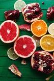 Portez des fruits dans un plan rapproché de coupe, pamplemousse, orange, citron, mandarine, fond de fruit Nourriture rustique fru Image libre de droits