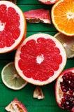 Portez des fruits dans un plan rapproché de coupe, pamplemousse, orange, citron, mandarine, fond de fruit Nourriture rustique fru Image stock