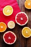 Portez des fruits dans un plan rapproché de coupe, pamplemousse, orange, citron, mandarine, fond de fruit Nourriture rustique fru Photos stock