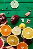 Portez des fruits dans un plan rapproché de coupe, pamplemousse, orange, citron, mandarine, fond de fruit Nourriture rustique fru Photo stock