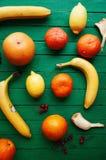 Portez des fruits dans un plan rapproché de coupe, pamplemousse, orange, citron, mandarine, fond de fruit Nourriture rustique fru Photographie stock