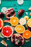Portez des fruits dans un plan rapproché de coupe, pamplemousse, orange, citron, mandarine, fond de fruit Nourriture rustique fru Photos libres de droits