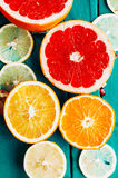 Portez des fruits dans un plan rapproché de coupe, pamplemousse, orange, citron, mandarine, fond de fruit Nourriture rustique fru Images stock