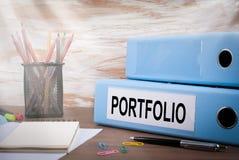 Portfölj kontorslimbindning på träskrivbordet På tabellen färgade blyertspennor, penna, anteckningsbokpapper Royaltyfri Foto