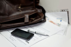 Portfölj med dokument, pennan och mobiltelefonen Royaltyfri Fotografi