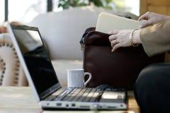 portföljaffärskvinnan sparar bärbar dator arkivfoton
