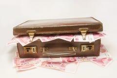 Portföljen som fylls med Kina RMB royaltyfri foto