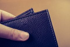 Portfel w ręka finanse i oszczędzania pojęciu obrazy stock