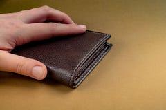 Portfel w ręka finanse i oszczędzania pojęciu zdjęcie stock